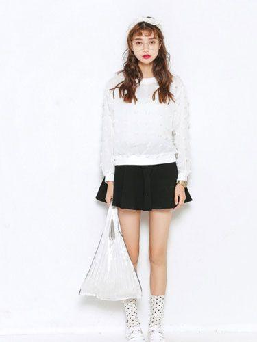 甜美约会搭配 女式白色宽松卫衣+黑色短裙